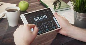 使用数字式片剂的读书品牌信息在书桌 股票视频