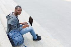 使用数字式片剂的非裔美国人的学生户外 库存图片