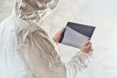 使用数字式片剂计算机的化工科学家 免版税图库摄影