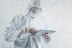 使用数字式片剂计算机的化工科学家 免版税库存图片