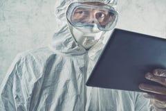 使用数字式片剂计算机的化工科学家 库存图片