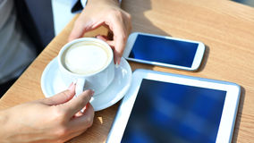 使用数字式片剂计算机的商人有现代手机的 免版税图库摄影