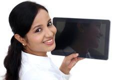 使用数字式片剂计算机的年轻女商人 免版税库存图片