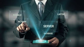 使用数字式片剂,与云彩计算的概念的商人从数据库流动膝上型计算机服务器选择网络