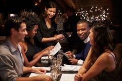 使用数字式片剂,女服务员接受命令在餐馆 图库摄影