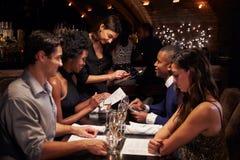 使用数字式片剂,女服务员接受命令在餐馆 库存照片