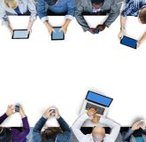 使用数字式设备的商人在会议 库存照片