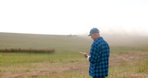 使用数字片剂农业的农夫 股票视频