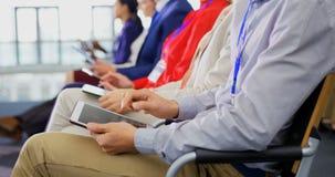 使用数字片剂的商人在企业研讨会4k 股票录像