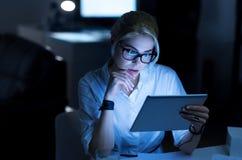 使用新的设备的周道的女性程序员在办公室 免版税库存照片