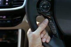 使用无线报告人控制手机的人司机在汽车 免版税库存图片