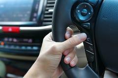 使用无线报告人的人们控制在汽车的手机 库存图片