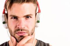 使用无线bluetooth耳机的白种人人 性感的肌肉人听音频 在白色隔绝的耳机的人 e 库存照片