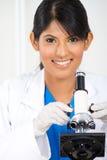 使用显微镜的研究员 免版税库存照片