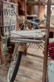 使用显示葡萄酒自行车的铁丝网筐的家庭装饰商店t 免版税库存图片