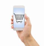 使用智能手机买在超级市场 免版税图库摄影