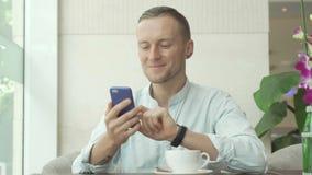 使用智能手机和微笑的人 库存图片