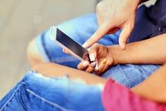 使用智能手机和瞬时笔谈的一对夫妇 免版税图库摄影