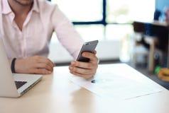 使用智能手机和膝上型计算机的商人互联网 库存照片