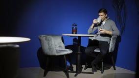 使用智能手机和饮料咖啡的人在酒吧 影视素材