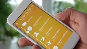 使用智能手机应用,人跟踪他的包裹 影视素材