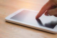 使用智能手机或片剂,个人闲谈的妇女的手 免版税库存照片