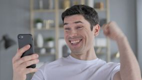 使用智能手机时,激动年轻人赢得网上,当 股票视频