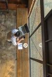 使用智能手机的亚洲商人为工作 库存图片