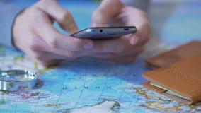使用智能手机的人为假期计划、售票飞行和旅馆客房 股票视频