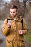 使用智能手机的人户外 库存照片