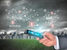 使用智能手机的人手 在电话屏幕上的地球 库存图片