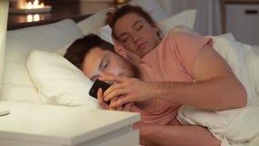 使用智能手机的人,当女朋友睡觉时 股票视频