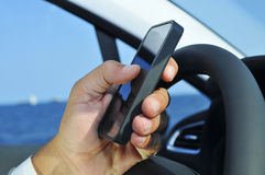 使用智能手机的人,当驾驶汽车时 图库摄影