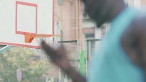 使用智能手机的人,站立在篮球场,炫耀打赌应用 影视素材