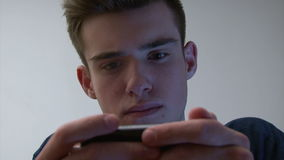 使用智能手机的十几岁的男孩 股票录像