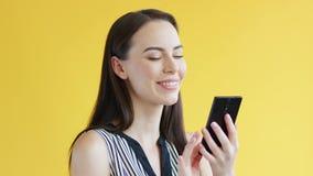 使用智能手机的华美的女性 股票视频