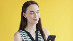 使用智能手机的华美的女性 影视素材