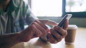 使用智能手机的博客作者的中央部位在咖啡馆 股票视频