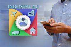 使用智能手机的商人与互联网的运作的产业的 免版税图库摄影