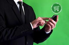 使用智能手机的商人 免版税库存图片