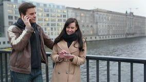 使用智能手机的夫妇在城市 影视素材