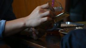 使用智能手机的妇女在咖啡店 股票视频