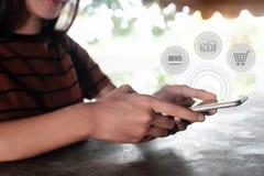 使用智能手机的妇女对在网上购物 免版税库存照片