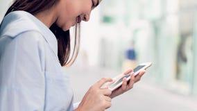 使用智能手机的妇女,在悠闲时间 r 库存照片
