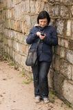 使用智能手机的妇女 库存照片