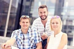 使用智能手机的小组青年人 免版税库存照片