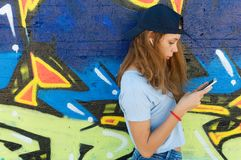 使用智能手机的少年 免版税图库摄影
