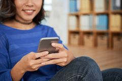 使用智能手机的庄稼妇女在断裂期间 库存图片