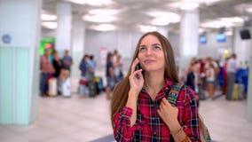 使用智能手机的白种人女性游人在机场 关闭走在现代机场的少妇射击 影视素材