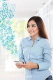 使用智能手机的美丽的妇女和查寻 免版税库存图片